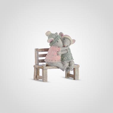 Обнимающиеся Мышата на Скамейке